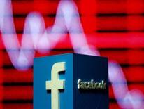 Facebook Inc dijo el lunes que está probando una característica que permitiría a los administradores de páginas abrir ofertas laborales y recibir currículos de candidatos, una medida que podría presionar al negocio de contrataciones de LinkedIn Corp. En la imagen, el logo de Facebook en 3D en una foto ilustrativa, el 3 de noviembre de 2016.  REUTERS/Dado Ruvic