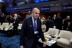 El ministro de Economía español, Luis de Guindos, dijo el martes en Bruselas que el renovado Ejecutivo probablemente modifique al alza la previsión del PIB para 2017, al tiempo que cree que la Comisión Europea va a elevar sus estimaciones para el país, especialmente las de este año.  En la imagen, De Guindos durante una reunión del FMI/Banco Mundial en Washington, el 8 de octubre de 2016. REUTERS/Yuri Gripas