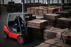 Un trabajador en una bodega cerca del puerto de Yangshan en Shanghái, China, mar 23, 2012. Las exportaciones e importaciones chinas cayeron más que lo previsto en octubre, lo que aumenta las dudas sobre por cuánto tiempo más podrá extenderse un repunte reciente de la actividad económica.                   REUTERS/Carlos Barria
