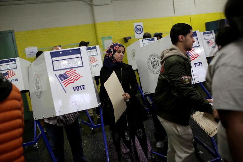 2016年11月8日,美国纽约,大选投票日,选民在投票站。REUTERS/Saul Martinez
