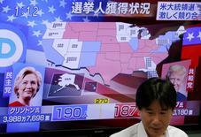 Le peso mexicain plonge de 13% face au dollar mercredi matin, le dollar chute face aux principales devises internationales et les Bourses asiatiques dévissent à mesure que le candidat républicain Donald Trump accumule les victoires dans la course à la Maison blanche. Vers 05h10 GMT, la Bourse de Tokyo abandonne près de 5,5% et les futures sur indices boursiers de Wall Street perdent entre 4,6% et 5,1%. Selon le courtier IG, le CAC 40, le Dax de la Bourse de Francfort et le FTSE 100 devraient ouvrir en baisse de plus de 4%. /Photo prise le 9 novembre 2016/REUTERS/Toru Hanai