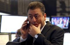 En la imagen, un operador en la Bolsa de Fráncfort, 9 de noviembre de 2016. Las bolsas europeas caían el miércoles en las primeras operaciones después de que el republicano Donald Trump se impuso en las elecciones presidenciales de Estados Unidos, lo que generó incertidumbre en los mercados.  REUTERS/Kai Pfaffenbach