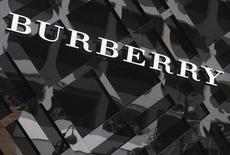 Burberry a annoncé mercredi la suppression de 15% à 20% de ses gammes de produits afin de se concentrer sur de nouvelles lignes de confection et de maroquinerie avant la cruciale période des fêtes de fin d'année. /Photo d'archives/REUTERS/Bobby Yip