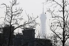Les économistes de la Commission anticipent un déficit public de la France qui tomberait à 2,9% en 2017, passant ainsi sous la barre de 3,0% comme Paris s'y est engagé. /Photo d'archives/REUTERS/Charles Platiau