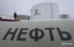 Рабочий на заводе Башнефти бляз села Шушнур в Башкортостане 28 января 2015 года. Нефть, отреагировавшая падением на избрание Дональда Трампа президентом США, отыграла потери, выйдя в небольшой рост днем в среду, поскольку рынки оправились от первоначального потрясения.  REUTERS/Sergei Karpukhin