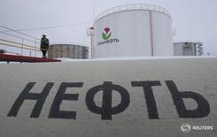 Рабочий на заводе Башнефти у села Шушнур в Башкортостане 28 января 2015 года. Нефть, отреагировавшая падением на избрание Дональда Трампа президентом США, отыграла большую часть потерь, поскольку рынки оправились от первоначального потрясения.  REUTERS/Sergei Karpukhin