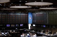 Operadores trabajando en la Bolsa de Comercio de Buenos Aires, dic 16, 2015. El argentino Grupo Financiero Galicia (GFG) dijo el miércoles que ganó 4.246 millones de pesos (277,2 millones de dólares) entre enero y septiembre, sin reportar de inmediato cifras comparativas.    REUTERS/Marcos Brindicci