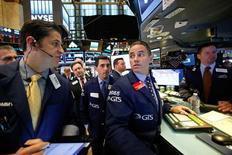 Operadores trabajando en la bolsa de Wall Street en Nueva York, nov 8, 2016. Las acciones caían el miércoles en la apertura de la bolsa de Nueva York, después de que el republicano Donald Trump fue elegido como el cuadragésimo quinto presidente de Estados Unidos al derrotar a la demócrata Hillary Clinton.   REUTERS/Brendan McDermid