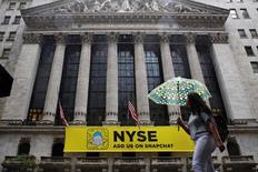 La Bourse de New York a terminé en hausse de plus de 1% mercredi, les investisseurs s'étant rapidement remis de leur accès de panique de la nuit, juste après la victoire surprise du candidat républicain Donald Trump à l'élection présidentielle. L'indice Dow Jones a gagné 252,26 points, soit 1,38%, à 18.585,00 points. /Photo d'archoves/REUTERS/Brendan McDermid