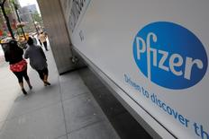 The Pfizer logo is seen at their world headquarters in Manhattan, New York, U.S., August 1, 2016.  REUTERS/Andrew Kelly  - RTSKM4G
