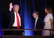 """La agencia de calificación crediticia Standard & Poor's ratificó el miércoles la nota """"AA+/AA-1+"""" de la deuda de Estados Unidos, un día después de las elecciones presidenciales en el país, a la vez que mantuvo estable su perspectiva. En la imagen, el presidente electo de EEUU, Donald Trump, junto a su hijo Barron y su mujer Melania en Manhattan, Nueva York, el 9 de noviembre de 2016. REUTERS/Carlo Allegri"""