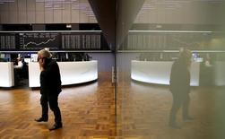 Трейдер на фондовой бирже во Франкфурте-на-Майне. 9 ноября 2016 года. Европейские фондовые рынки растут четвёртую сессию подряд, достигнув максимума двух недель в четверг за счёт горнорудного и банковского секторов, при этом биржи поддерживают воодушевляющие результаты Vivendi и других компаний. REUTERS/Kai Pfaffenbach
