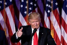 Un asesor económico del presidente electo de Estados Unidos, Donald Trump, destacó el jueves que el crecimiento económico es más importante que el debate sobre las políticas monetarias de la Reserva Federal. En la imagen, Trump celebra su victoria electoral en Manhattan, el 9 de noviembre de 2016. REUTERS/Mike Segar
