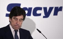 La constructora Sacyr dijo el jueves que su resultado bruto de explotación (ebitda) mejoró un 6,1 por ciento en los nueve primeros meses del año, un crecimiento similar al acumulado en la primera mitad del año, gracias a una mejora de su margen de negocio. En la imagen, el presidente y CEO de Sacyr, Manuel Manrique, durante un evento en Madrid, el 5 de abril de 2016. REUTERS/Andrea Comas