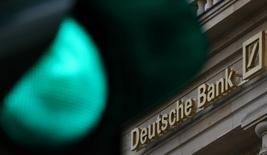 Imagen de un semáforo con el logo del banco Deustche Bank en Fráncfort, Alemania. 27 de ocubre de 2016. El regulador del sector financiero alemán advirtió el viernes en contra de una flexibilización de las normas bancarias establecidas después de la crisis financiera.REUTERS/Kai Pfaffenbach