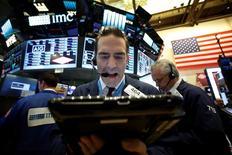 Трейдеры на Уолл-стрит. Индексы американского фондового рынка S&P 500 и Nasdaq оказались под давлением в пятницу, когда после падения цен на нефть пострадали энергетические компании, а подешевевшие акции Johnson & Johnson и Pfizer подорвали сектор здравоохранения.  REUTERS/Brendan McDermid