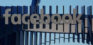 El logo de Facebook es visto en el festival de Cannes, Francia el 23 de Junio, 2016. Facebook Inc anunció el viernes que impedirá en algunos casos que los anunciantes usen su herramienta que permite dar un enfoque étnico a sus avisos, tras las críticas generadas por el mal uso que podría tener. REUTERS/Eric Gaillard/File Photo