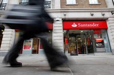 Varias firmas de capital privado se han acercado a Santander Asset Management e Intesa Sanpaolo para una posible adquisición de la plataforma de fondos mutuos Allfunds Bank, dijeron fuentes a Reuters. En la imagen de archivo, un peatón camina ante una sucursal de Santander en Londres, el 11 de enero de 2010. REUTERS/Suzanne Plunkett
