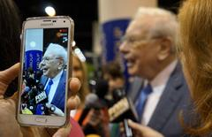 Berkshire Hathaway CEO Warren Buffett is seen on a cellphone camera as he talks to reporters prior to the Berkshire annual meeting in Omaha, Nebraska May 2, 2015.  REUTERS/Rick Wilking/File Photo