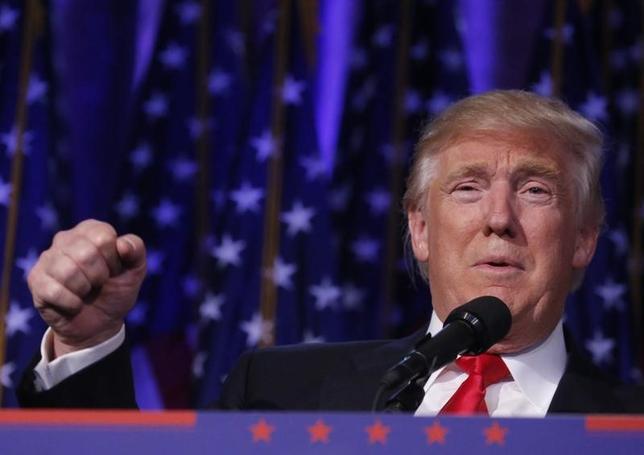 11月14日、英エコノミスト誌の元編集長でジャーナリストのビル・エモット氏は、米大統領選におけるトランプ氏(写真)の勝利は、安全保障上の理由から、憲法改正に向けて安倍政権の背中を押す可能性が高いと指摘。米ニューヨークで11月9日撮影(2016年 ロイター/Carlo Allegri)