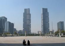 De nouveaux bâtiments résidentiels à Zhengzhou dans la province du Henan en Chine. Les investissements en actifs immobilisés ont progressé de 8,3% de janvier à octobre en Chine par rapport à la même période l'année dernière, dépassant les attentes, tandis que la production industrielle et les ventes au détail enregistrent une croissance légèrement inférieure à ce qui était prévu. /Photo prise le 23 septembre 2016/REUTERS/Yawen Chen