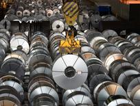 La producción industrial de la zona euro bajó menos de lo esperado en septiembre, lastrada en gran parte a una fuerte bajada en los bienes de consumo duraderos, como coches o neveras, dijo el lunes la oficina de estadísticas de la Unión Europea. En la imagen, rollos de acero en una planta de la compañía alemana Salzgitter AG en Salzgitter, Alemania, el 3 de marzi de 2016. REUTERS/Fabian Bimmer/File Photo