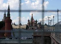 Вид на Кремль и Покровский собор в в Москве 1 июля 2016 года. Экономика России во третьем квартале 2016 года, согласно предварительной оценке, сократилась на 0,4 процента к аналогичному периоду 2015 года, сообщил Росстат в понедельник.     REUTERS/Maxim Zmeyev/File Photo