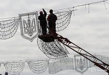 Рабочие монтируют освещение на Крещатике в Киеве 24 октября 2016 года. Рост валового внутреннего продукта Украины ускорился в третьем квартале до 1,8 процента в годовом выражении с 1,4 процента во втором, укрепив тенденцию восстановления экономики после двух лет падения, сообщила Государственная служба статистики в понедельник. REUTERS/Gleb Garanich