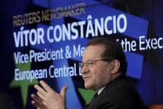 Los mercados financieros han apostado por más crecimiento económico desde la victoria de Donald Trump en las elecciones de Estados Unidos la semana pasada, pero el proteccionismo estadounidense y los riesgos políticos domésticos podrían dañar a Europa, dijo el lunes Vitor Constancio, vicepresidente del BCE. En la imagen, Constancio durante un acto en Nueva York, el 19 de febrero de 2016. REUTERS/Brendan McDermid