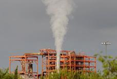 Una vista a la compañía nacional de Crudo de México, Pemex, en una de sus refinerías en Cadereyta, Nuevo León, México. 31 de Julio, 2016. México planea licitar 14 contratos de licencia para la exploración y extracción de hidrocarburos en áreas terrestres dentro de la tercera subasta de la Ronda Dos que será el 12 de julio del 2017, aprobó el lunes el regulador del sector petrolero local. REUTERS/Daniel Becerril - RTSKGVQ