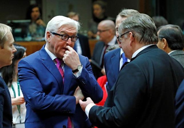 11月14日、ブリュッセルで開催されたEU外相理事会では、トルコ政府が反体制派の締め付けを強めていることに批判が相次いだが、同国のEU加盟交渉については、独仏は継続を求める考えを表明した。フィンランドの外相(右)らと話をするドイツのシュタインマイヤー外相(2016年 ロイター/Yves Herman)