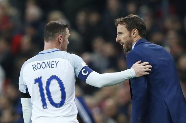 11月14日、サッカーのイングランド代表主将FWウェイン・ルーニー(左)が、ひざの負傷により15日に行われるスペインとの親善試合を欠場することが明らかに。ロンドンで11日撮影(2016年 ロイター)