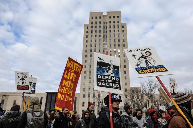 11月14日、米連邦政府当局は、先住民や環境団体から反発の声が出ているノースダコタ州に敷設予定の石油パイプライン「ダコタ・アクセス」について、最終判断を延期した。写真はダコタ・アクセスに反対する人々。ノースダコタ州で撮影(2016年 ロイター/Stephanie Keith)