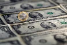 Доллары и евро. Доллар торгуется вблизи максимума тринадцати с половиной лет во вторник, так как доходность казначейских облигаций США резко выросла в ожидании того, что экономическая политика избранного президента Дональда Трампа подстегнет инфляцию. REUTERS/Dado Ruvic/Illustration