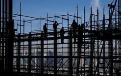 El crecimiento de la economía alemana se ralentizó más de lo previsto en el tercer trimestre de 2016, cuando la debilidad de las exportaciones frenó la actividad general en la mayor economía de Europa, mostraron el martes datos preliminares. En la imagen de archivo, trabajadores de la construcción en un andamio en la sede del Banco Central Europeo en Fráncfort. REUTERS/Kai Pfaffenbach/File photo
