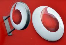 El logo de Vodafone en una tienda en Londres, nov 12, 2013. El grupo de telefonía móvil Vodafone reportó el martes una pérdida neta en el primer semestre de 5.000 millones de euros (5.500 millones de dólares), después de amortizar el valor de su negocio indio por la misma cantidad debido al inicio de una guerra de precios provocada por un nuevo y poderoso rival.     REUTERS/Toby Melville/Files