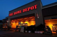 Home Depot, le numéro un américain du bricolage, a publié mardi des résultats meilleurs que prévu pour son troisième trimestre. Néanmoins, la société n'a pas relevé sa prévision de ventes annuelles, ce qui suggère un quatrième trimestre plus faible qu'attendu. /Photo d'archives/REUTERS/Mike Blake