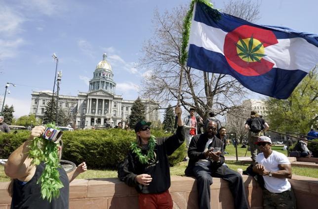 11月15日、米コロラド州デンバーで、クラブやバー、飲食店などでの大麻(マリフアナ)使用を全米で初めて合法化する法案が可決の見通しとなっている。写真は昨年4月デンバーで撮影(2016年 ロイター/Rick Wilking)