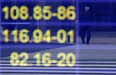 Экран с курсами японской иены к доллару США (верхний), евро (посередине) и австралийскому доллару у брокерской конторы в Токио, 16 ноября 2016 года. Доллар отошёл от пика 11 месяцев к корзине основных валют в среду, взяв передышку после недельного ралли, вызванного ростом доходности гособлигаций США в связи с победой Дональда Трампа на президентских выборах. REUTERS/Toru Hanai