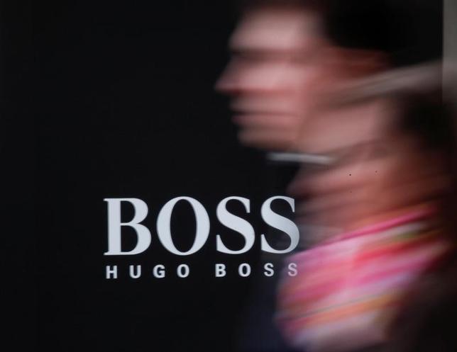 11月16日、独ファッションブランド、ヒューゴ・ボスのマーク・ランガー最高経営責任者(CEO)は、ブランドポートフォリオを簡素化するとともに、若年層を取り込むため価格調整を行う計画を明らかにし、2018年に成長軌道の回復を目指すと表明した。モスクワで4月撮影(2016年 ロイター/Grigory Dukor)