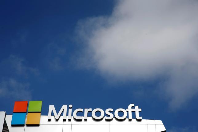 11月16日、マイクロソフトがリンクトイン買収で、EUに譲歩案を提出した。写真はマイクロソフトのロゴマーク。ロサンゼルスで6月撮影(2016年 ロイター/Lucy Nicholson/File Photo)