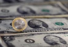 Американские доллары и монета достоинством один евро на иллюстрации, сделанной 7 ноября 2016 года. Евро может в следующем году сравняться в цене с американским долларом, поскольку Европа вступила в период политической неопределенности, а ее экономика восстанавливается вяло, прогнозирует управляющая компания Investec Asset Management. REUTERS/Dado Ruvic/Illustration