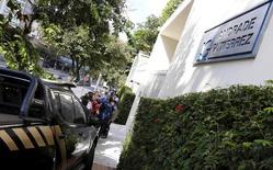 Viatura da Polícia Federal é fotografada em frente à sede da construtora Andrade Gutierrez em Belo Horizonte, no Brasil 19/06/2015 REUTERS/Washington Alves