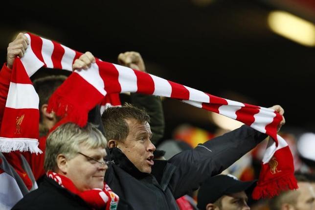 11月16日、サッカーのイングランド・プレミアリーグの観戦チケット価格が今季は下降傾向にあることが、英BBCの調査で明らかになった。写真はスタジアムで観戦するファン。英リバプールで6日撮影(2016年 ロイター)