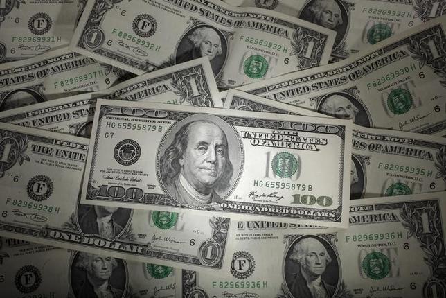 11月17日、トランプ次期米大統領の公約が金融市場のインフレ予想を刺激し、米金利上昇とドル高が大幅に進んでいる。金利高/ドル高は市場による「代行利上げ」であり、新興国市場を揺さぶる構図ができつつある。写真の米ドルはポーランド・ワルシャワで2011年1月撮影(2016年 ロイター/Kacper Pempel)