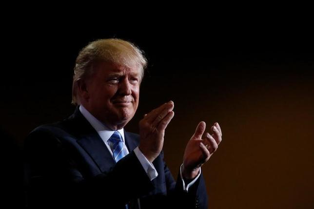 11月16日、フランス極右政党・国民戦線(FN)のマリーヌ・ルペン党首(48)は、来年の大統領選で自分が当選すれば、ドナルド・トランプ次期米大統領(写真)とプーチン・ロシア大統領とともに世界の指導者3人組が誕生し「世界平和のためになる」との考えを示した。アリゾナ州で8月撮影(2016年 ロイター/Carlo Allegri)