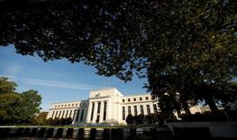 El presidente de la Reserva Federal de Filadelfia, Patrick Harker, se mostró partidario de elevar los tipos de interés y dijo que el banco central estadounidense podría tener que subirlos de manera más agresiva si el gobierno del presidente Donald Trump promulga un estímulo fiscal. En la imagen, la sede de la Reserva Federal en Washington el 12 de octubre de 2016. REUTERS/Kevin Lamarque