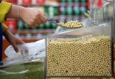 Un cliente comprando soja en un supermercado en Wuhan, China, abr 14, 2014. CChina quiere elevar su capacidad de producción de granos en un 10 por ciento a 2020, pese a que busca detener el uso excesivo de fertilizantes y pesticidas y promover un sector agrícola más amigable desde el punto de vista medioambiental.  REUTERS/Stringer imagen solo para uso editorial