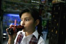 Imagen de archivo de una niña bebiendo un refresco Pony Malta en Bogotá, nov 14, 2012. La producción industrial de Colombia subió un 4 por ciento en septiembre, un crecimiento superior al reportado en el mismo mes del año pasado cuando marcó un 3 por ciento, reveló el viernes el Departamento Nacional de Estadísticas (DANE).   REUTERS/Fredy Builes