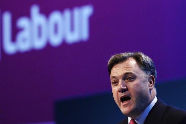 11月17日、ブラウン元英首相の側近でイングランド銀行の改革を主導したエド・ボールズ元労働党議員は、英中銀を政治からの攻撃から守るために、景気動向の監視で政府も責任を共有する必要があると主張した。写真は2013年9月、イングランド南部のブライトンでの労働党年次総会でスピーチをするエド・ボールズ元労働党議員(2016年 ロイター/Luke MacGregor)